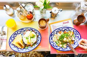 Foodie expert @TasteofKoko shares her 13 favorite Chicago restaurants