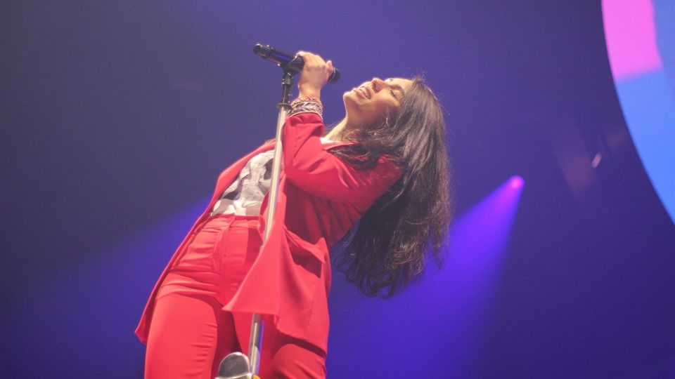 Alessia Cara singing in Chicago for The Paines of Growing Tour
